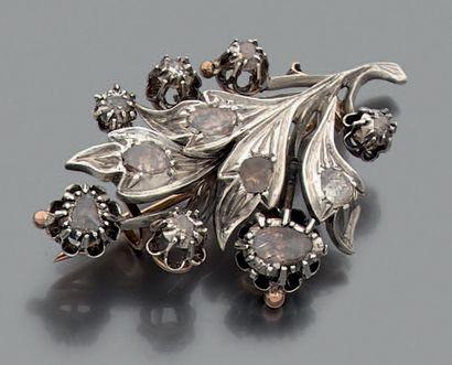 BROCHE florale en argent sertie de diamants...