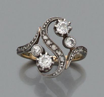 BAGUE en or 18K (750), ornée de deux diamants...