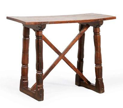 TABLE EN NOYER, pieds à colonne baguée à...