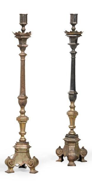 PAIRE DE GRANDS PIQUE-CIERGES en bronze....