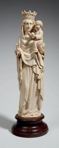 VIERGE À L'ENFANT en ivoire sculpté en ronde-bosse....