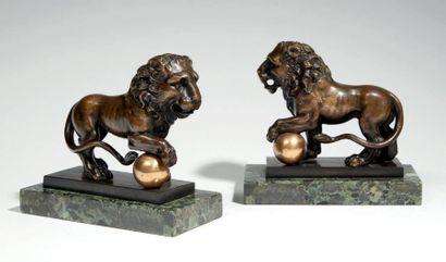 PAIRE DE LIONS en bronze à patine brune....