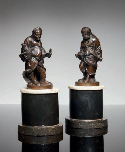 DEUX PERSONNAGES en bronze à patine brune...