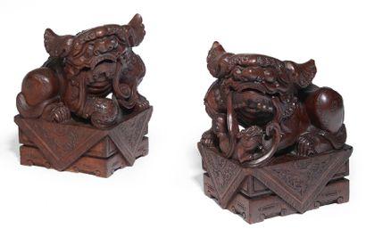 PAIRE DE CHIMÈRES en bois, assises sur des...