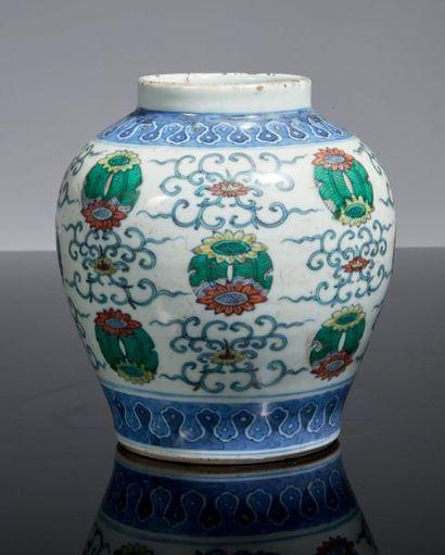 PETITE JARRE en porcelaine décorée en bleu...