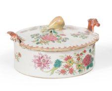BONBONNIÈRE en porcelaine à décor en émaux...