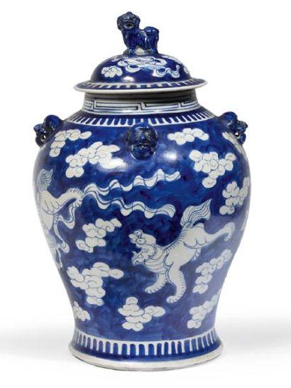 POTICHE COUVERTE en porcelaine bleue et blanc...