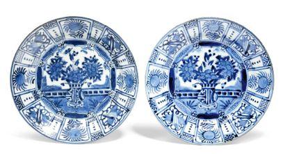 PAIRE DE PLATS en porcelaine décorée en bleu...