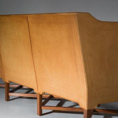 KAARE KL INT (1888-1954) Danemark Canapé trois places modèle «4118» Acajou et cuir...
