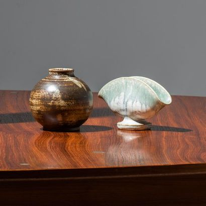 ARNE BANG (1901-1983) Danemark Deux vases Grès émaillé Édition Saxbo Vase boule estampillé...