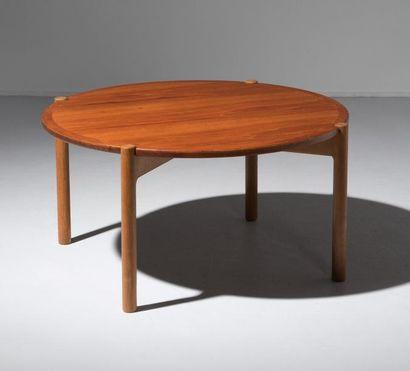 HANS J. WEGNER (1914-2007) Danemark Table basse circulaire réversible modèle «JH...