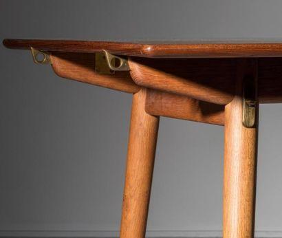 HANS J. WEGNER (1914-2007) Danemark Rare table de salle à manger à allonges Chêne,...