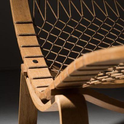 HANS J. WEGNER (1914-2007) Danemark Chaise longue «Hammock» modèle GE 2 Chêne, drisse,...