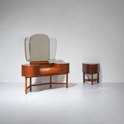 MARTINUS PETERSEN Danemark Coiffeuse d'angle et son meuble d'appoint Acajou, verre...
