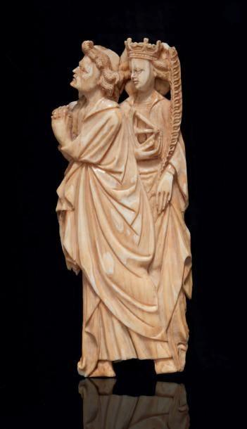 Groupe en ivoire sculpté en applique représentant...