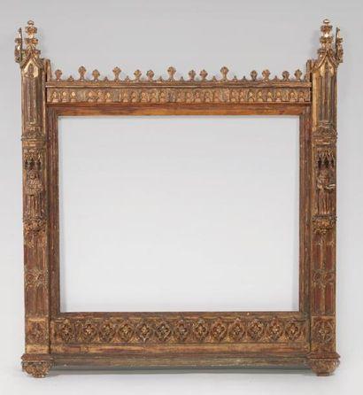 Grand cadre en bois sculpté, polychromé et...