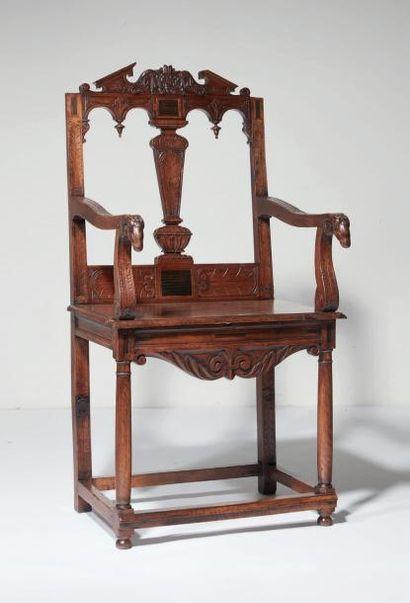 """Chaise à bras d'apparat à """"têtes de bélier""""..."""