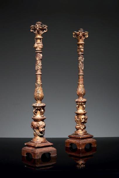 Paire de hauts candélabres en bois sculpté,...