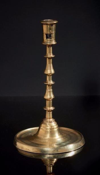 Grand chandelier en laiton. Fût tourné à...
