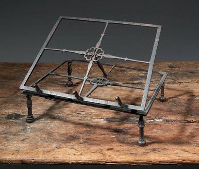 Pupitre de table en fer forgé reposant sur...