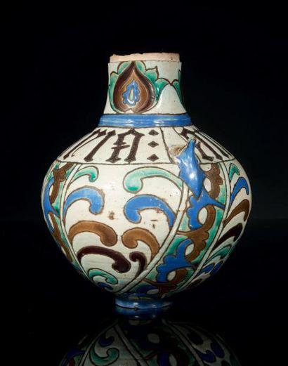 Vase en faïence à glaçure stannifère à cuerda...