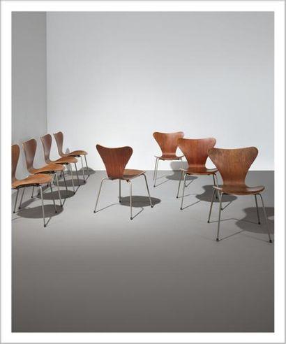 ARNE JACOBSEN (1902-1971) Danemark Suite de huit chaises modèle «3107» Acier chromé...