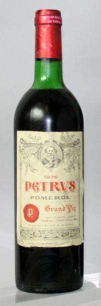 1 bouteille PETRUS 1976 Etiquette légèrement...