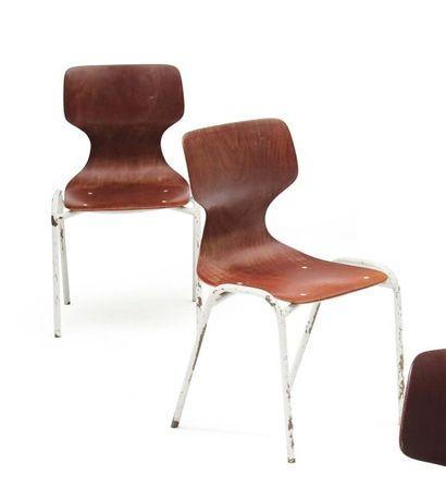 Deux chaises en bois et tube de métal laqué...
