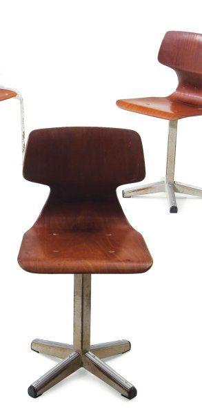 Paire de chaises en bois thermoformé et piétement...