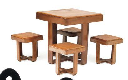Ensemble composé d'une table et de quatre...