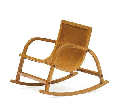 Chaise à bascule en bois clair. Vers 1970...