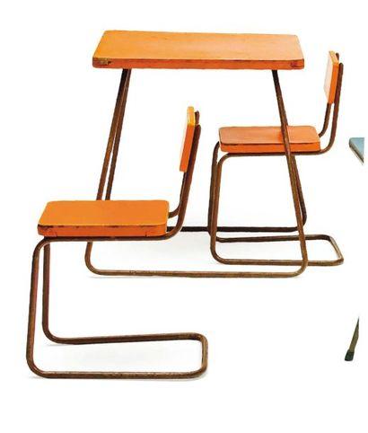 Ensemble composé d'une table et de deux chaises...
