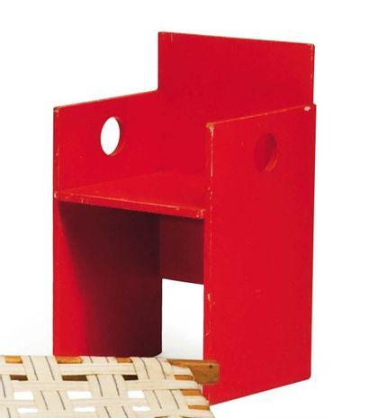 Fauteuil cubique en bois laqué rouge. Vers...