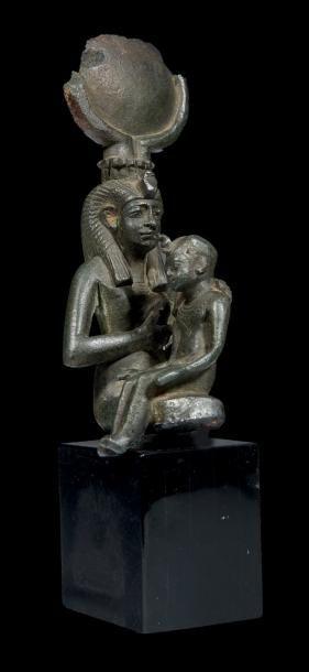 ISIS LACTANS. Statuette votive représentant...