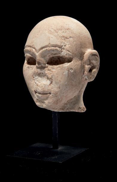 TÊTE D'ORANT. Grande tête de statuette représentant...