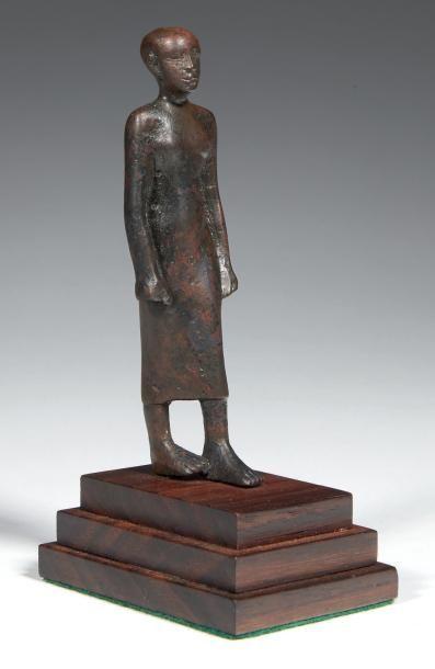 STATUETTE DE DIGNITAIRE. Rare statuette représentant...