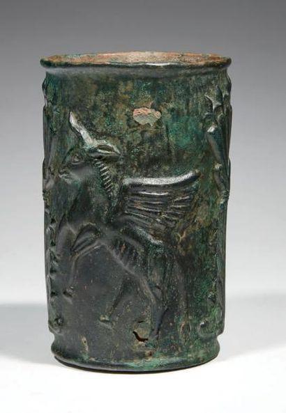 VASE AU TAUREAUX AILÉS. Vase cylindrique...