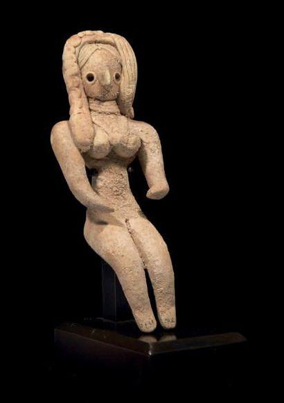 STATUETTE DE FEMME ASSISE. Figurine de femme...