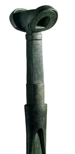 ÉPÉE DU LURISTAN. Épée à lame à double tranchant, la chappe très finement gravée...