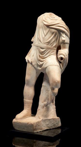 STATUE DE CHASSEUR. Statue acéphale représentant...