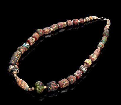 COLLIER formé de perles à décor ondulé ou...
