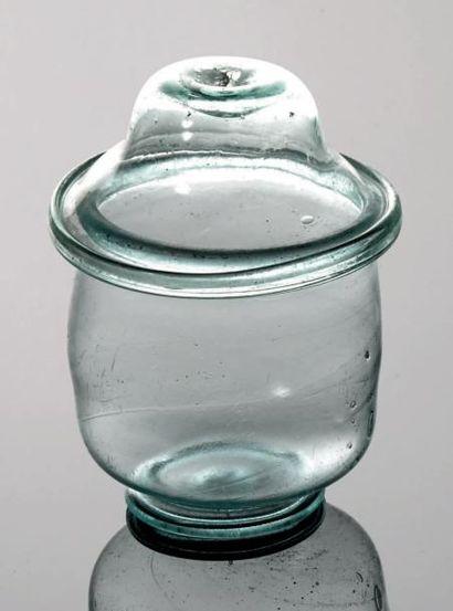 GOBELET cylindrique reposant sur un pied...