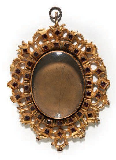 MÉDAILLON reliquaire en bronze doré de forme...