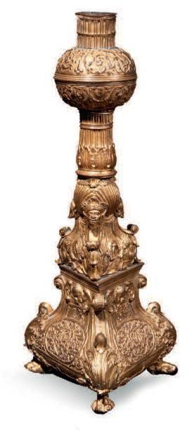 PIED DE CANDÉLABRE (?) en bronze doré à base...