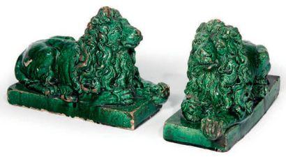PAIRE DE LIONS en terre cuite vernissée à...