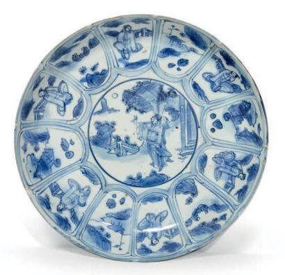 CHINE - XVIIe siècle Plat rond en porcelaine bleu blanc à décor de daims dans un...