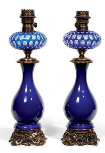 PAIRE DE LAMPES À PÉTROLE en forme de vases...