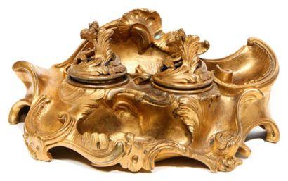 ENCRIER de forme chantournée en bronze doré...