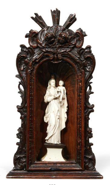 VIERGE À L'ENFANT en ivoire finement sculptée,...