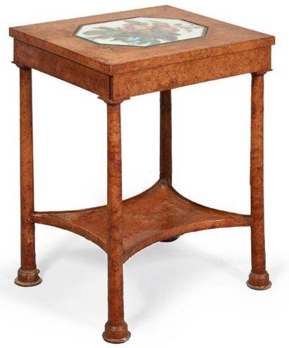 TABLE DE MILIEU en placage de loupe de frêne...
